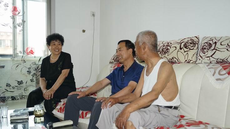调整大小 党委书记王开顺看望退休党员景松江(A).JPG