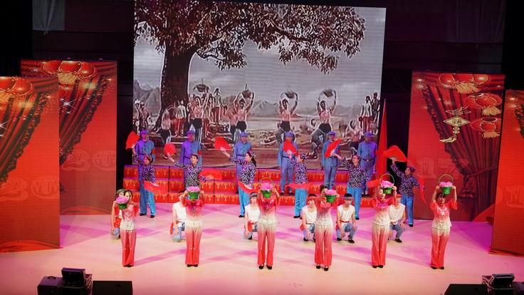 调整大小 水电集团一公司表演情景歌舞.JPG